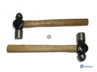 Σφυρί - σφαιρικό μπάλας  με ξύλινη λαβή .